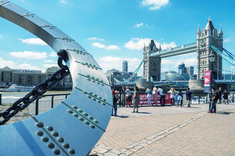 伦敦- 2015年6月14日:游人临近塔桥梁 伦敦是vi 库存照片