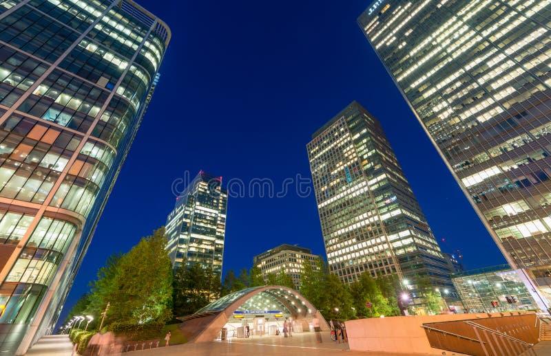 伦敦- 2015年6月29日:金丝雀码头摩天大楼在晚上 Canar 库存图片