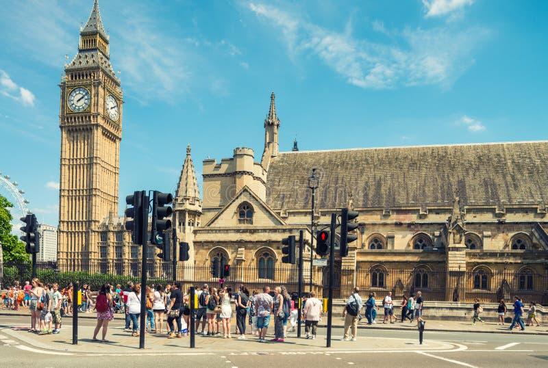 伦敦- 2015年5月10日 游人在威斯敏斯特放松 伦敦wel 免版税库存照片