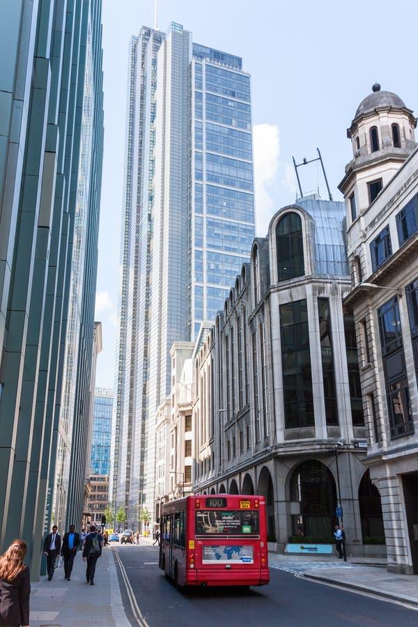 伦敦- 8月6 :典型的双层公共汽车在伦敦市 库存图片