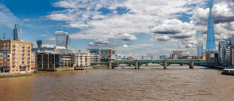 伦敦- 8月13 :从千年桥梁的泰晤士河 免版税库存图片