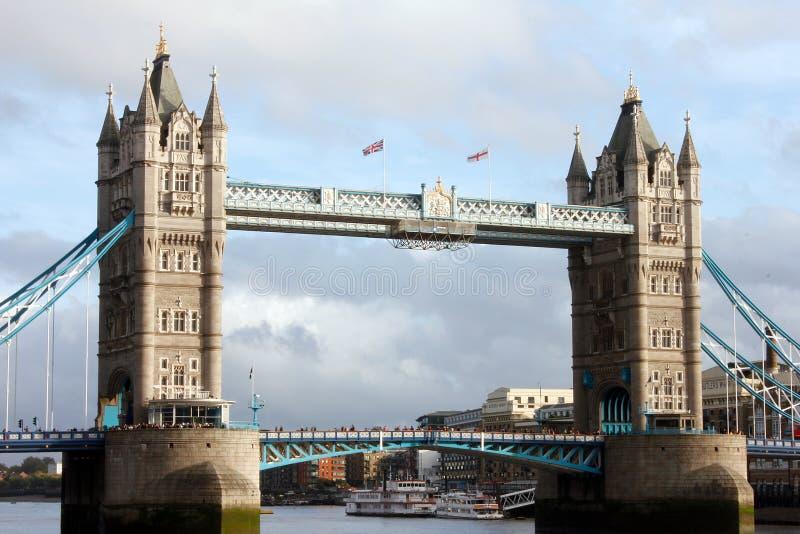 伦敦-有游人的塔桥梁 库存图片