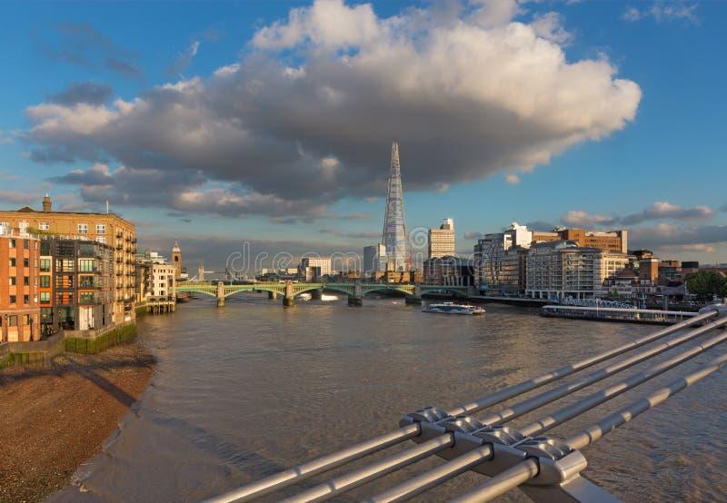 伦敦-泰晤士河沿和碎片从千年桥梁在晚上光 图库摄影