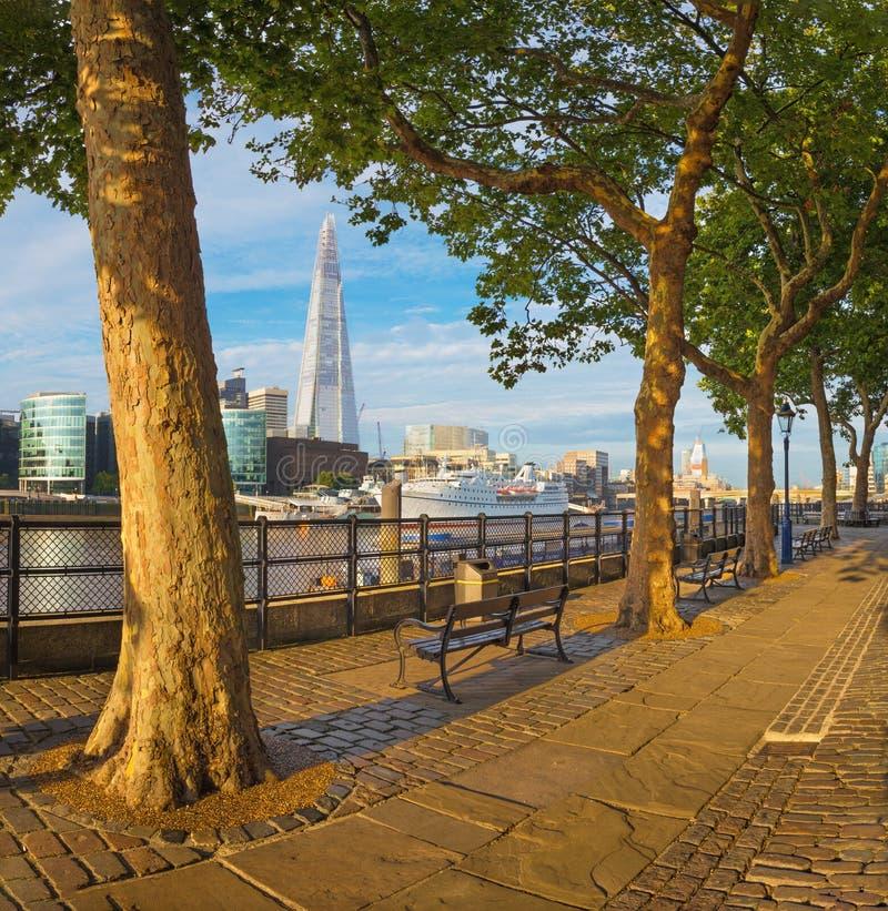 伦敦-泰晤士河沿和碎片从散步在早晨光 库存图片