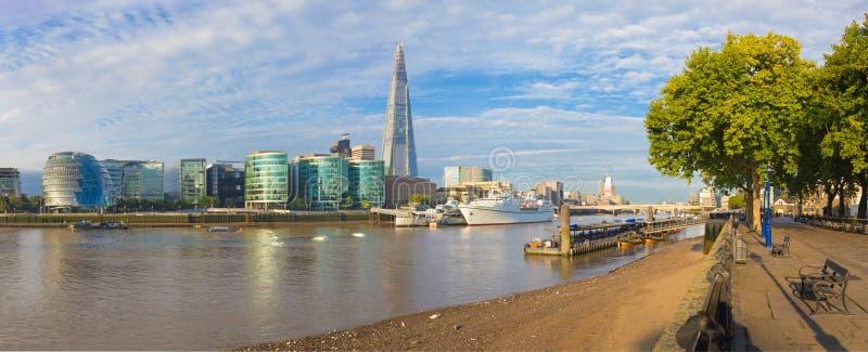 伦敦-泰晤士河沿和碎片全景从promenad在早晨光 免版税库存图片
