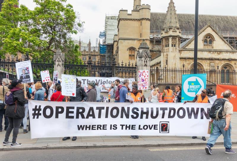 伦敦/英国2019年6月26日 操作停工反刀子罪行运动家在议会之外抗议在威斯敏斯特 库存照片