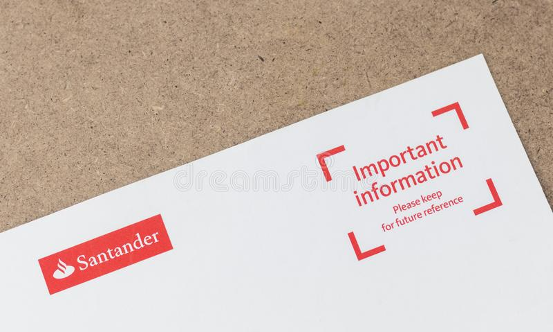 伦敦/英国- 2019年7月1日-桑坦德商标在银行信件顶部 免版税库存图片