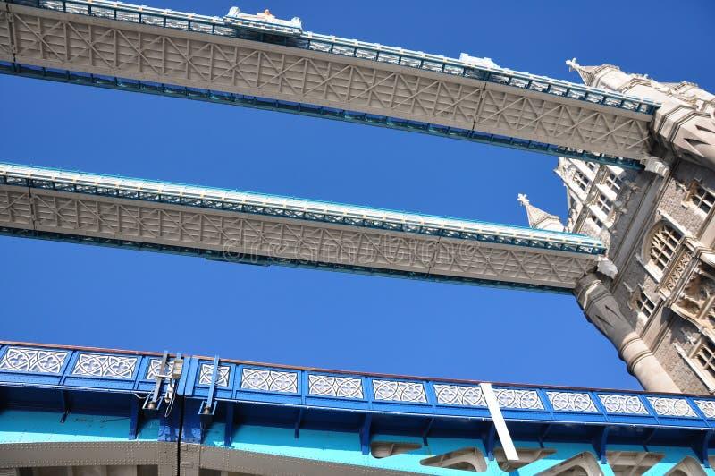 伦敦从角度下面的塔桥梁 免版税库存照片