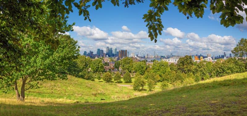 伦敦-金丝雀码头和城市的全景从格林威治公园 免版税库存图片