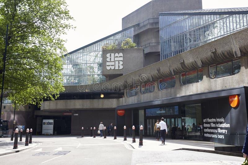 伦敦-, 2017年:对巴比肯艺术中心的入口,丝绸街道,伦敦EC2 免版税库存图片