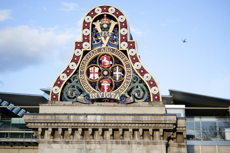 伦敦Chatham &多弗铁路立场的权威在1864第一个Blackfriars铁路增殖比的剩余的南扶垛的 库存图片