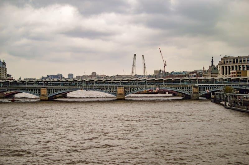伦敦southwark桥梁和建筑用起重机 免版税库存图片