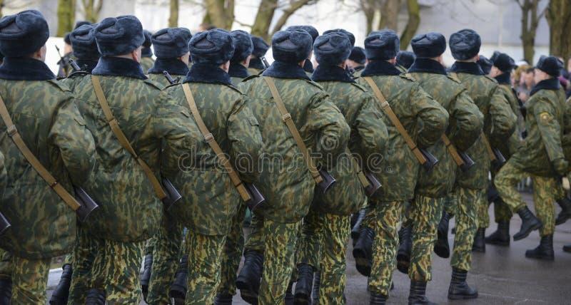 伪装军服的战士在静止位置 库存照片