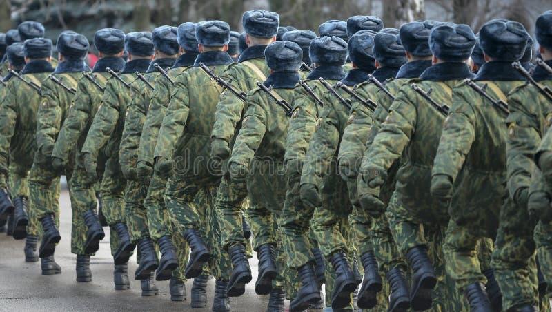 伪装军服的战士在静止位置 库存图片