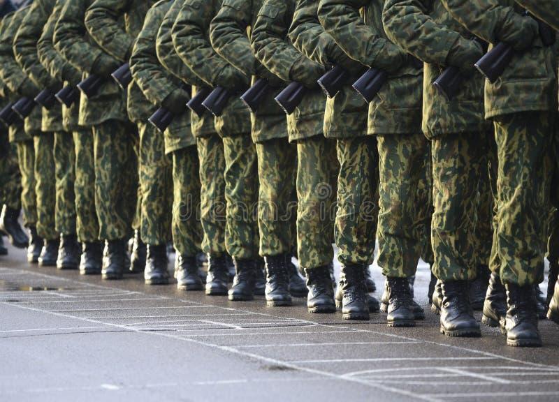 伪装军服的战士在静止位置 免版税库存图片