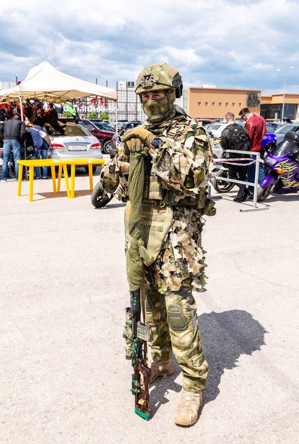 伪装军队制服的俄国士兵有狙击步枪的 库存照片