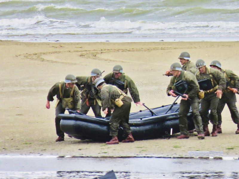 伪装制服军队皮船的特种部队人在海滩 攻击开始日自由记忆在第二次世界大战期间的法国 免版税库存图片
