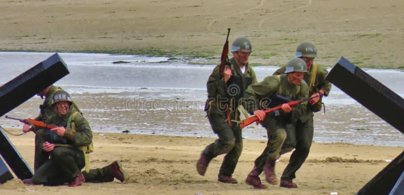 伪装制服的特种部队人在exercices的海滩 攻击开始日自由记忆在第二次世界大战期间的法国 免版税库存照片