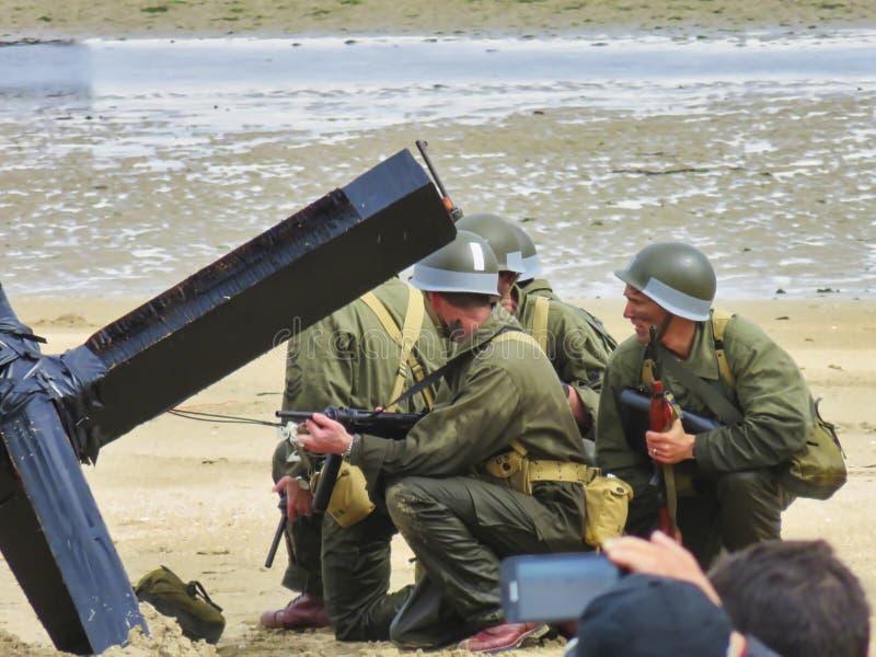 伪装制服的特种部队人在exercices的海滩 攻击开始日自由记忆在第二次世界大战期间的法国 库存图片