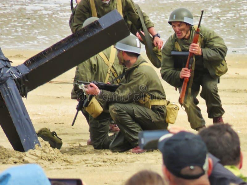 伪装制服的特种部队人在exercices的海滩 攻击开始日自由记忆在第二次世界大战期间的法国 免版税图库摄影