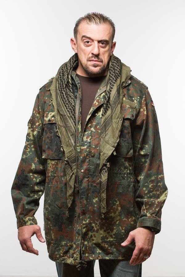 伪装夹克的成人可怕人 一个危险人 免版税库存照片