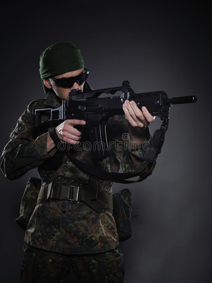 伪装枪战士年轻人 免版税库存图片