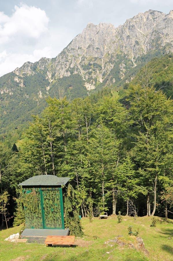 伪装猎人使用的狩猎小屋在山在 库存照片