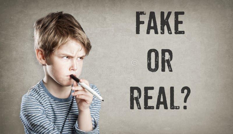 伪造品或真正,难看的东西背景的男孩 库存图片