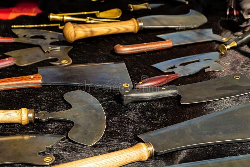 伪造盘子工具厨房肉刀子轴切开肉骨头很多在一个黑背景分类 库存图片