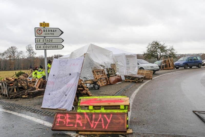伯奈,诺曼底,法国法国- 2018年11月25日:示威者在示范时叫黄色背心反对 图库摄影