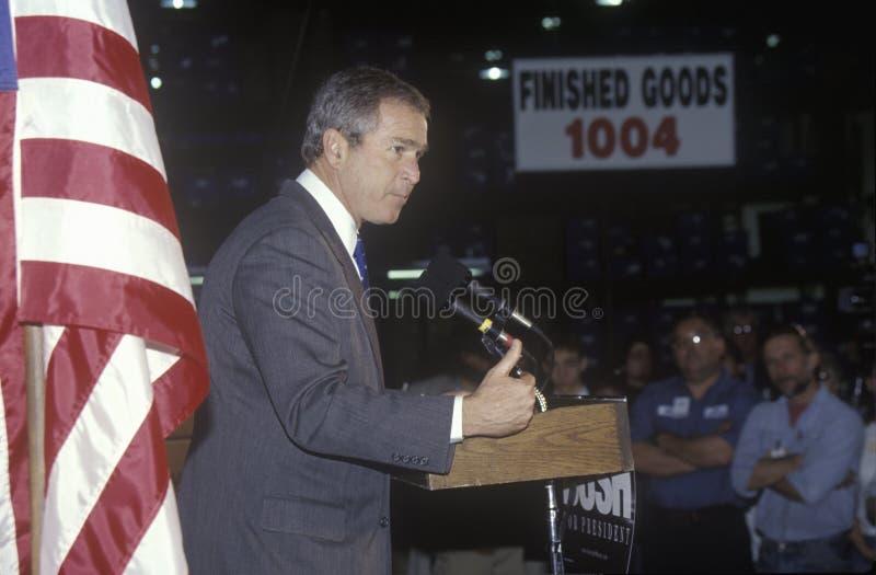 伯尔尼卡罗来纳州狄克逊乔治房子新的北部w 布什讲话从指挥台在竞选集会,拉哥尼亚, NH, 2000年1月 图库摄影