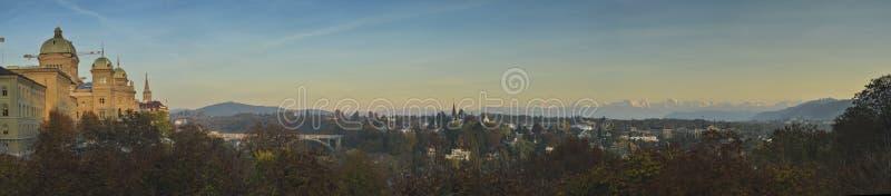 伯尔尼市和瑞士& x28联邦宫殿; Bundesplatz& x29;日落的瑞士阿尔卑斯 库存照片