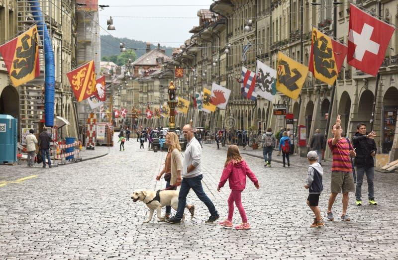 伯尔尼,瑞士- 2017年6月04日:人们在老市中心  免版税图库摄影