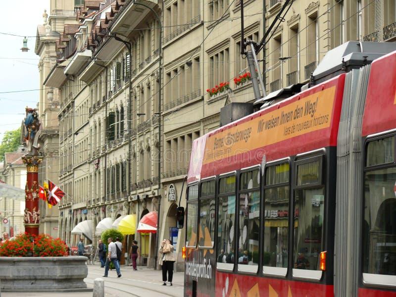 伯尔尼,瑞士 08/02/2009 有时钟和来源的伯尔尼街道 库存图片
