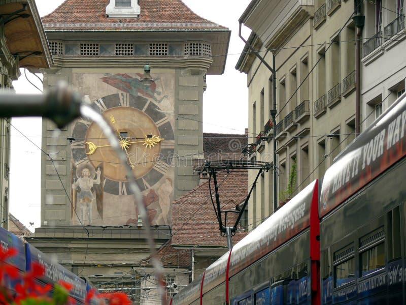 伯尔尼,瑞士 08/02/2009 有时钟和founta的伯尔尼街道 库存图片