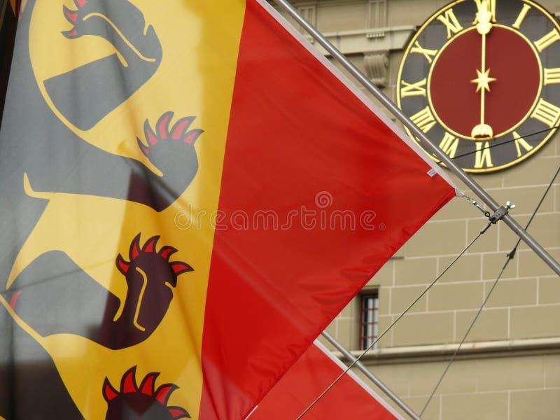伯尔尼,瑞士 08/02/2009 瑞士手表旗子和时钟表盘 免版税库存照片