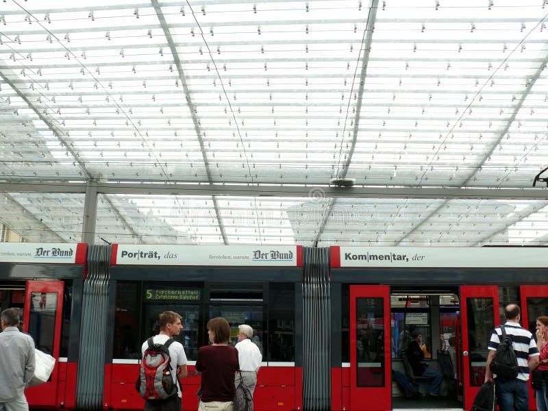 伯尔尼,瑞士 08/02/2009 电车驻地的乘客 免版税库存照片