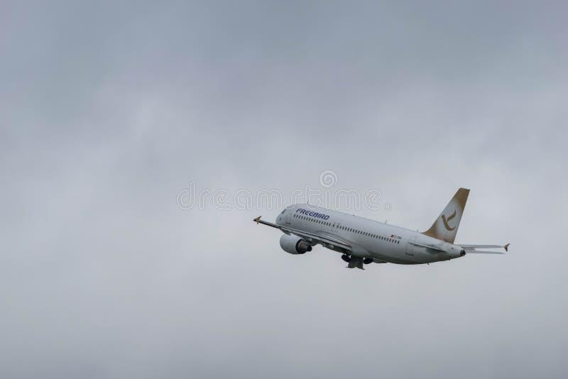 伯明翰国际机场,伯明翰,英国- 2017年10月28日:FreeBird航空公司飞机采取 库存图片