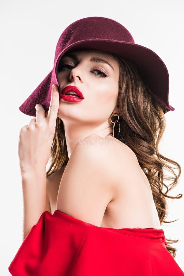 伯根地帽子和红色礼服的性感的妇女 免版税库存照片