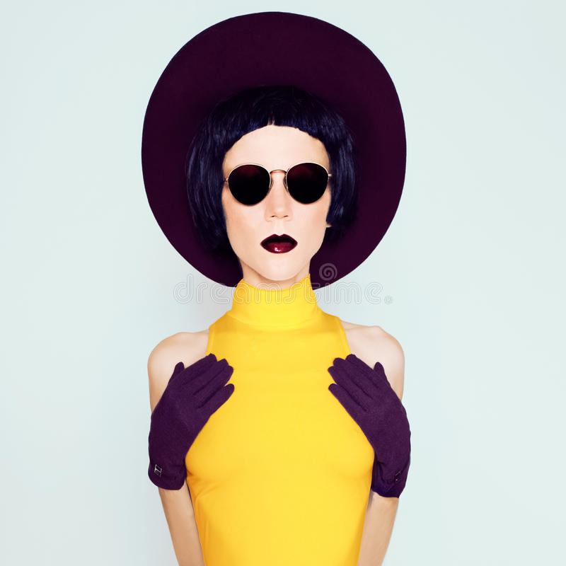 伯根地葡萄酒帽子和手套的迷人的夫人 免版税库存图片