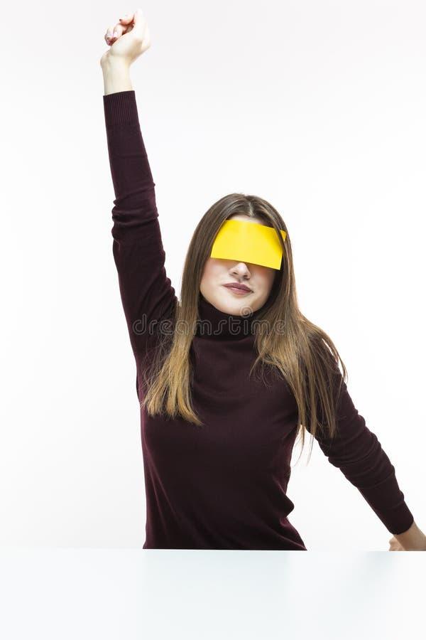 伯根地高领衫毛线衣的懒惰白种人妇女有关于她的前额的黄色稠粘的笔记的 舒展她实施 库存照片