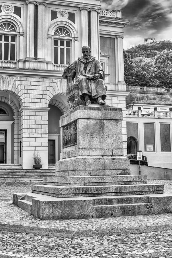 伯纳迪诺Telesio,科森扎,意大利老镇雕象  图库摄影