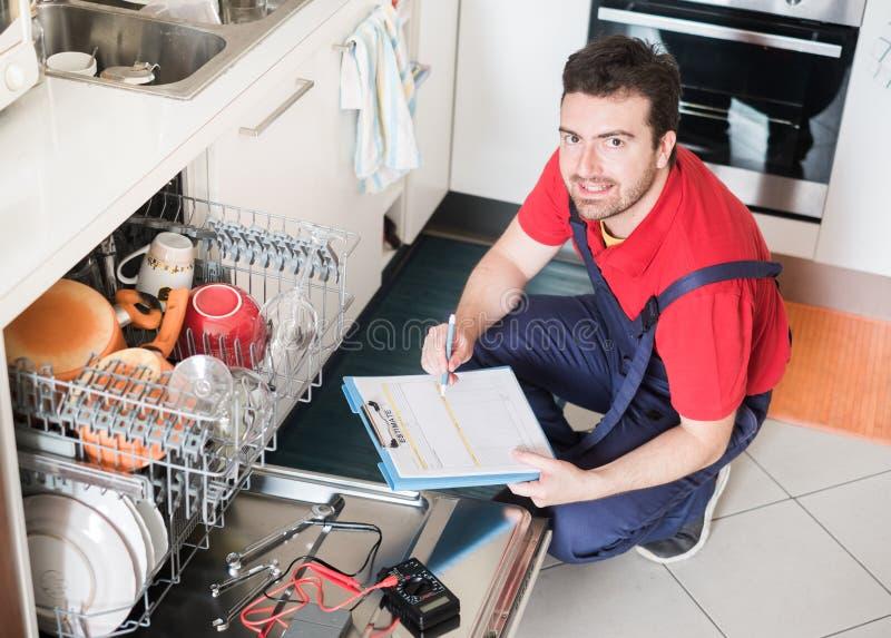 估计残破的洗碗机的工作者费用 免版税库存图片