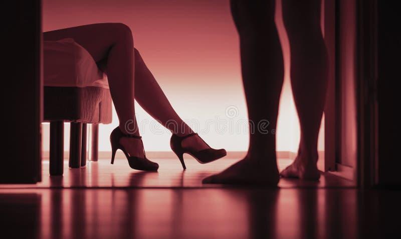 伴游、有偿的性或者卖淫 性感的妇女和人剪影在卧室 强奸或骚扰概念 女孩被分发  免版税库存图片