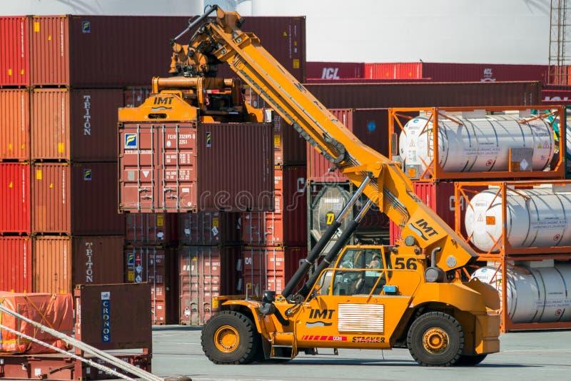 伸手可及的距离堆货机移动的货箱口岸 图库摄影