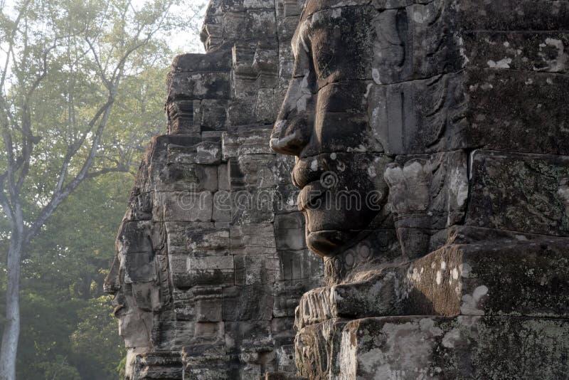 似人面孔雕刻了入石头在Bayon Wat,在吴哥城comp内的12世纪寺庙 库存图片