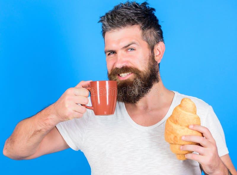 但是第一份咖啡 享用每个饮者咖啡 理想的符合 人与咖啡的起动早晨和新鲜的新月形面包 免版税库存照片