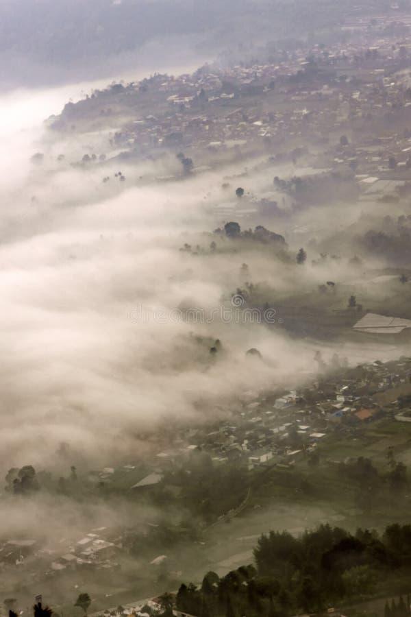 位于万隆的有雾的风景,印度尼西亚 免版税库存照片
