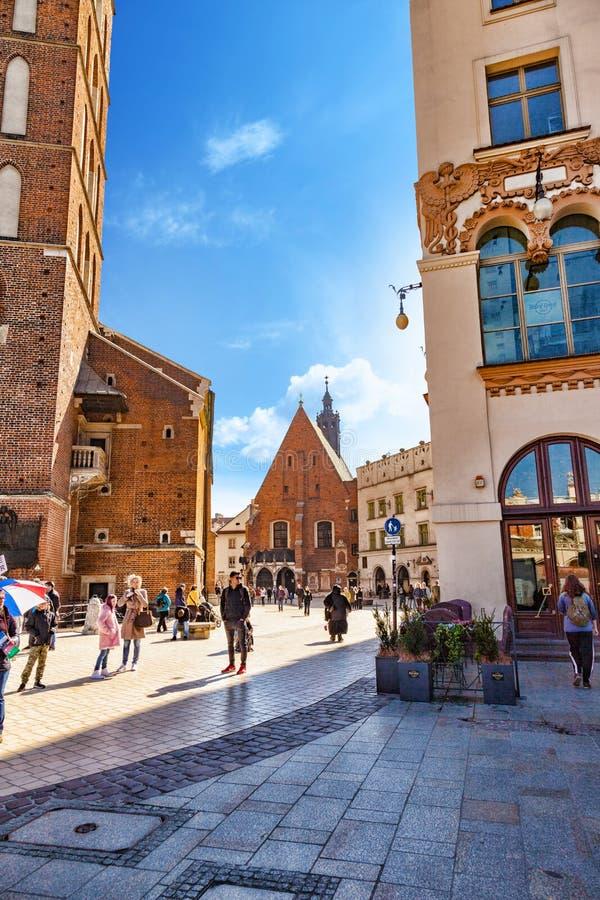 波兰,克拉科夫 位于与圣玛丽大教堂的Plac的圣巴巴拉教会Mariacki和邻居 免版税库存照片