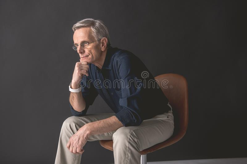 位于位子的渴望的老人 免版税库存图片